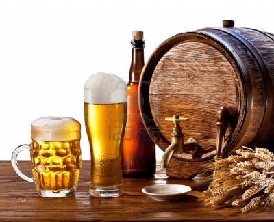 பீர் பற்றிய  உண்மைகள் 14040084-beer-barrel-with-beer-glasses-on-a-wooden-table-isolated-on-a-white-background