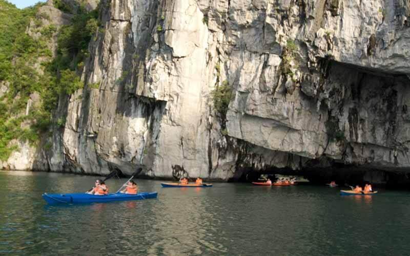 kayaking-ha-long