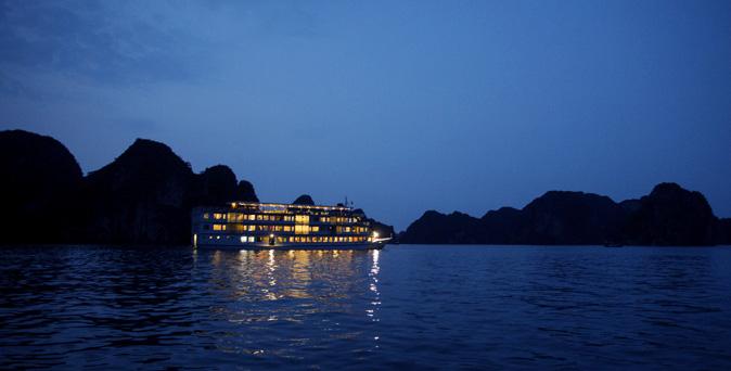 night-cruise-ha-long