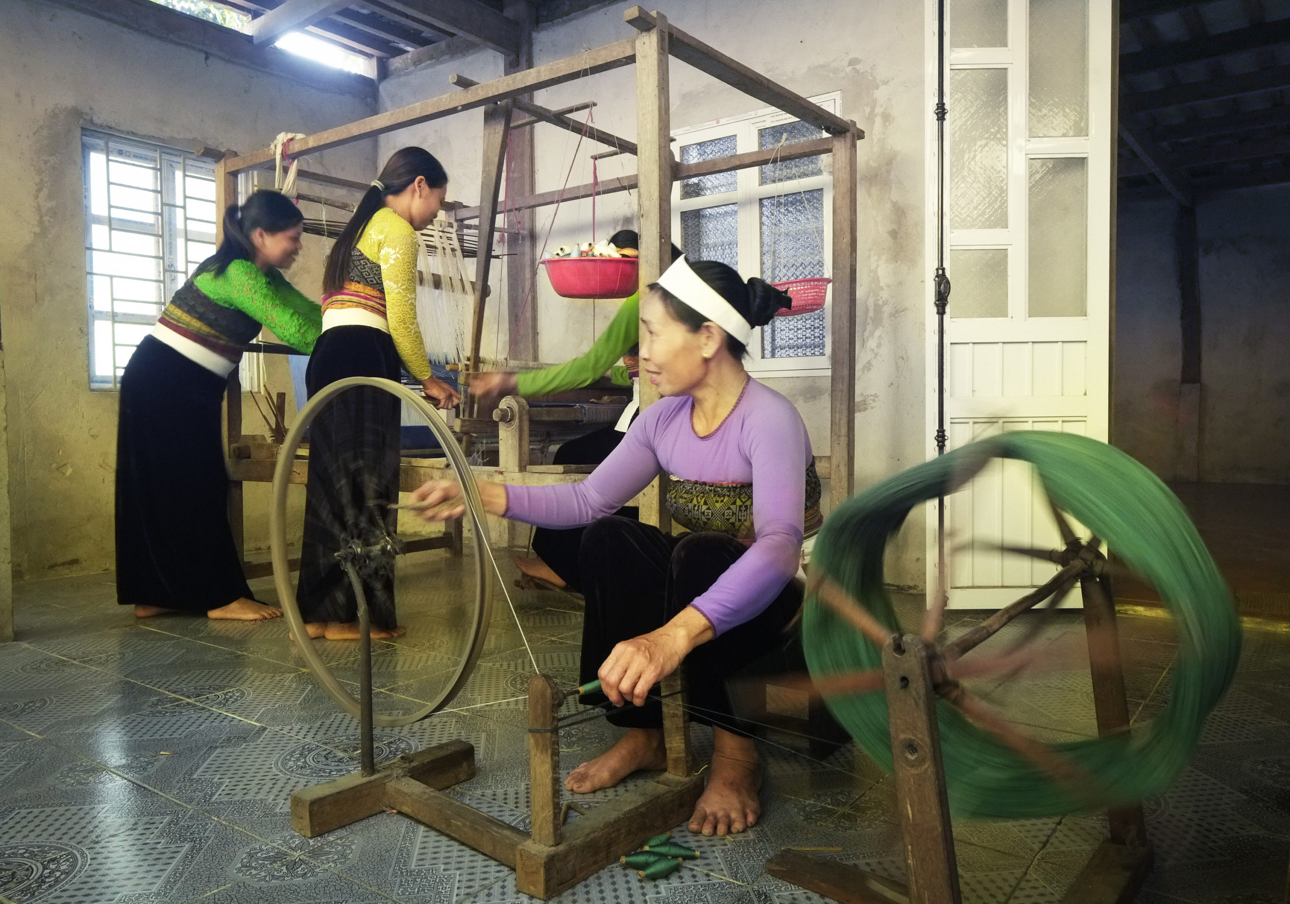 Thai women weaving picture taken by vietnamvisa-easy